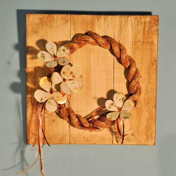 Χειροποίητο Στεφάνι Από Τριχιά Με Λουλούδια Μπρούντζινα Δίχρωμα Σε Ξύλινο Κάδρο Με Παλαίωση 36x36